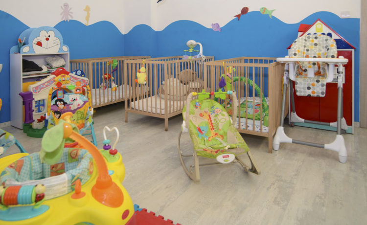 The babies are hosted in a bright and warm classroom, with pale colors. The beds have orthopedic mattresses and rotating toys.